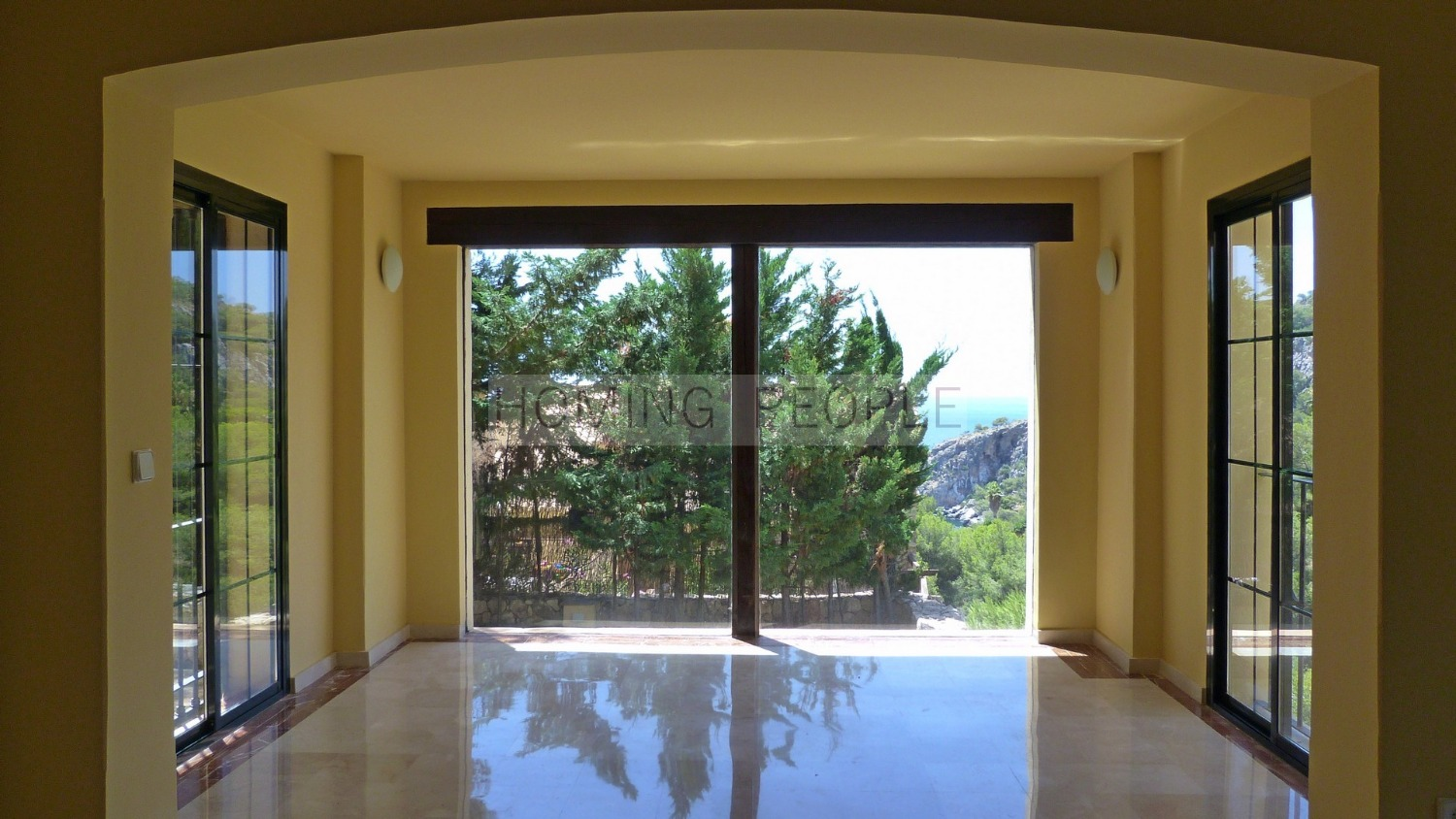 Fantastic opportunity to move into an unfurnished, design villa !