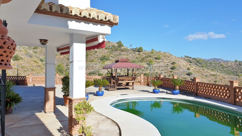 LONG-TERM RENTAL AVAILABLE FROM 15th OF ARIL 2021. Country villa with pool and guests' apartment, only 5 minutes' car distance to town