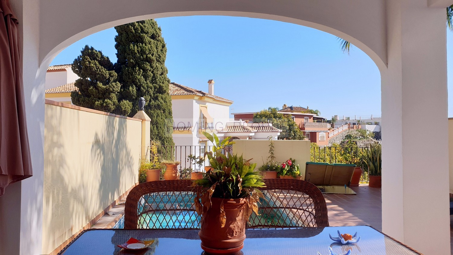 RENTED OUT. Quality terraced house with private pool and garage, in a residential area 5 minutes from the centre and the beach